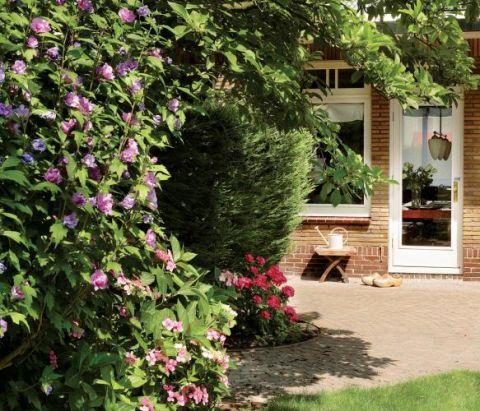 """Ogród pełen zieleni. Willa w stylu """"modern classic"""""""