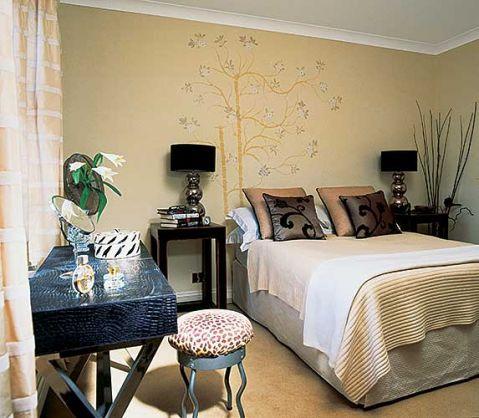 Sen z stylu glamour- tak Millena mówi o swojej sypialni. Do złocistych beżów dobrała smoliście czarne dodatki. Dzięki