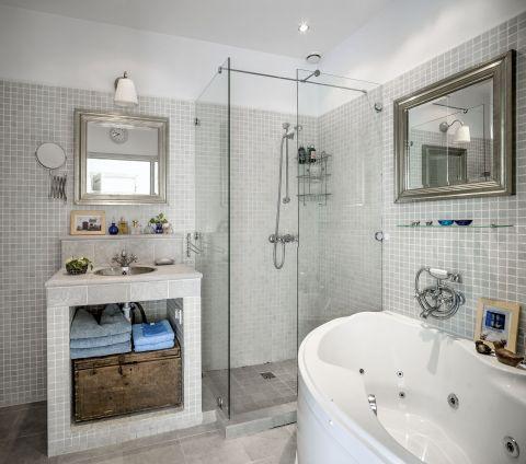 Jasna i przestronna, szaro-beżowa łazienka.