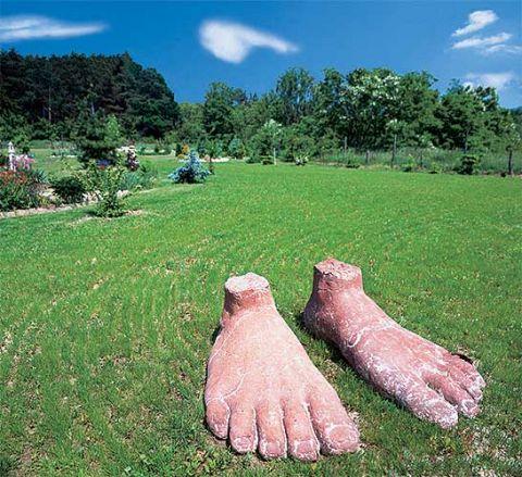 Stopy olbrzyma mają aż metr długości. – Symbolizują silny związek czloieka z ziemią - wyjaśnia artystka.