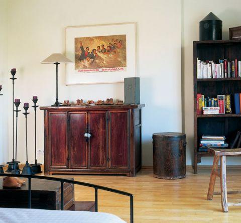 Nietuzinkową ozdobą sypialni są drewniane formy na dziecięce buciki z chińskiej fabryki. To zdobycze z