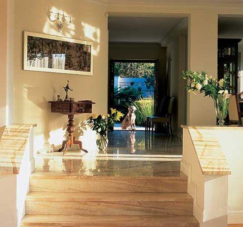 Kamienne schodki prowadzą do salonu.