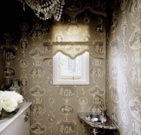 W łazience na ścianach- tapety. W bieli i lustrach