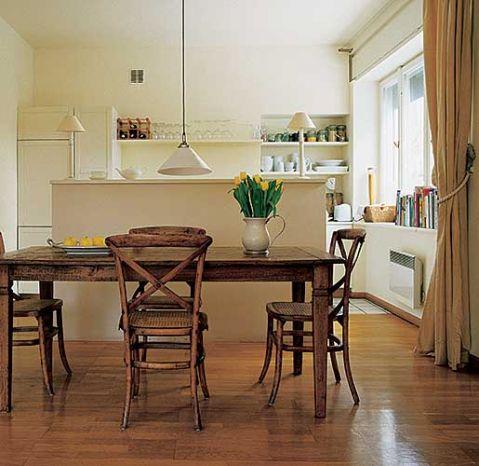 Postarzane antyczną patyną meble w jadalni to portugalski stół Becara i krzesła Tonga.
