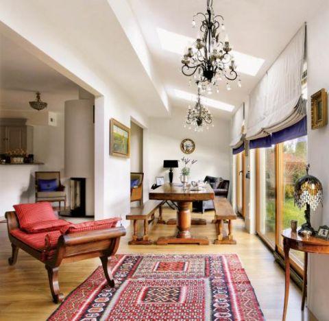 Salon zdobią kryształwe żyrandole. Przepis na przytulny dom
