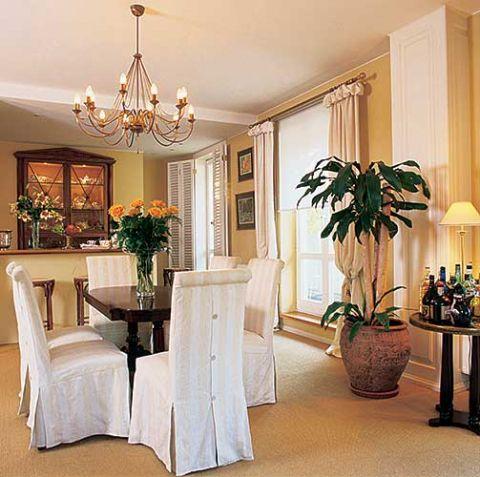 Ściany w miodowym kolorze, o ton ciemniejsza gruba dywanowa wykładzina i dużo bieli. To dobra recepta na harmonię.