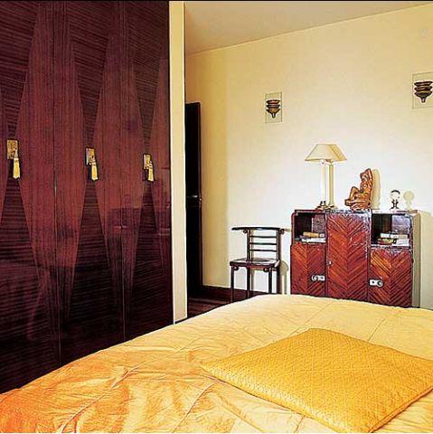 Fornirowane fronty szafy wnękowej nawiązują do stylu art déco.