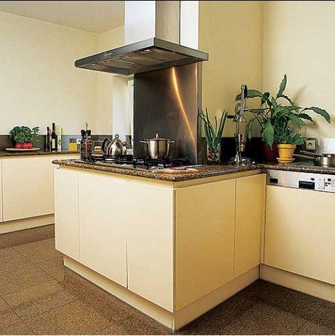 Sterylna kuchnia z szafkami bez uchwytów i granitowymi blatami wygląda jak laboratorium.