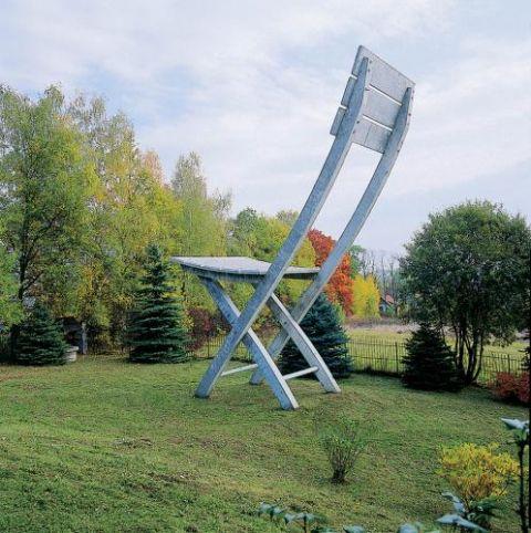 Dziesięciometrowe krzesło to symbol architektury niemożliwej Kantora. Pierwowzór stanął w 1971 roku w