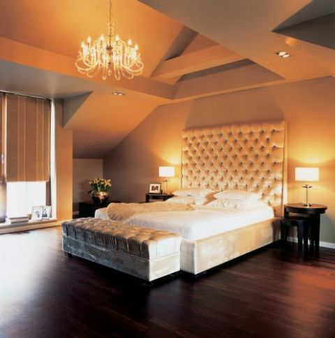 Pomysł projektantek na wytworną sypialnię to łoże ubrane w srebrzysty aksamit.