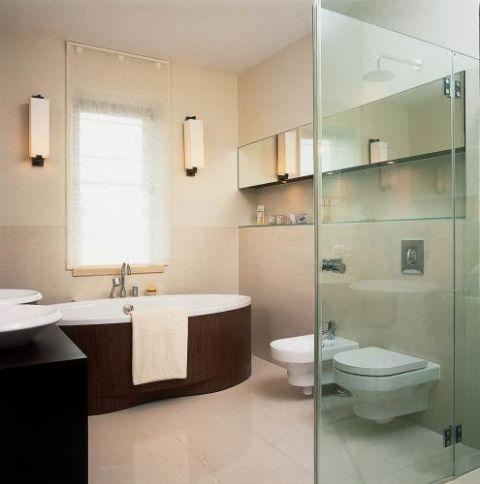 W łazience wanna obudowana drewnem. Smaczne jak cappucino
