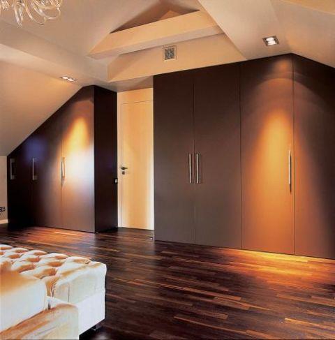 W sypialni znajdują się duże szafy. Smaczne jak cappucino