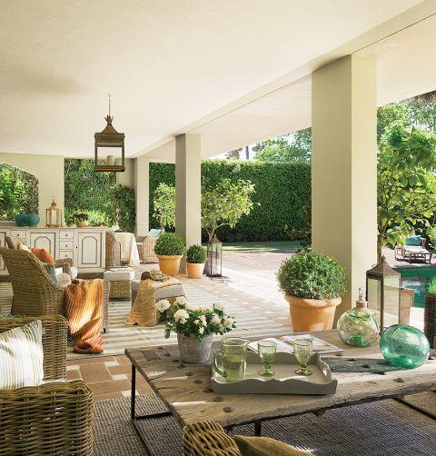 Część tarasu jest letnią jadalnią. Andaluzyjska rezydencja wokół patio