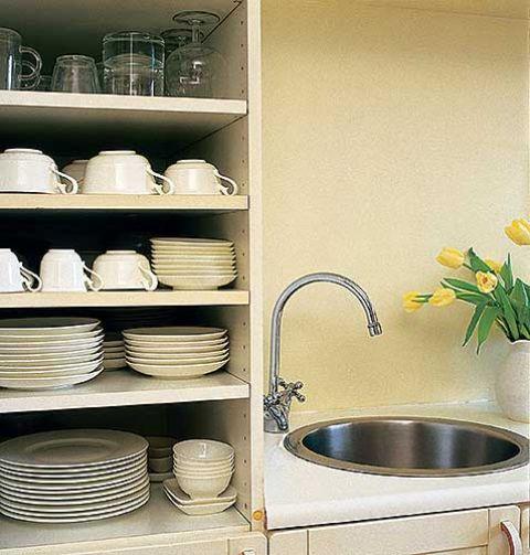 Poukładane naczynia wydają się być częścią dekoracji.