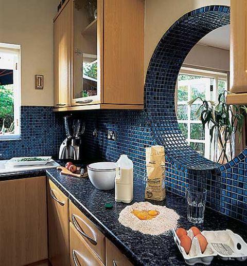 Kuchnie zdobi niebieska mozaika. Pasja łączenia