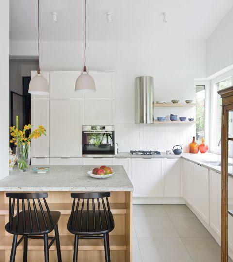 nowoczesna biała kuchnia z drewnem