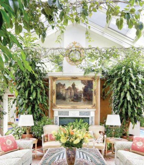 Pod szklanym dachem stanął marmurowy kominek, angielskie sofy i fotele oraz stół z włoskim mozaikowym blatem.