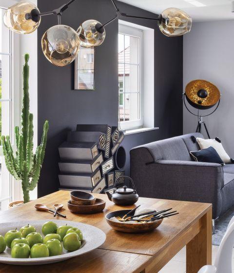 Nowoczesne wnętrza: czarna ściana, design i rodzinne pamiątki