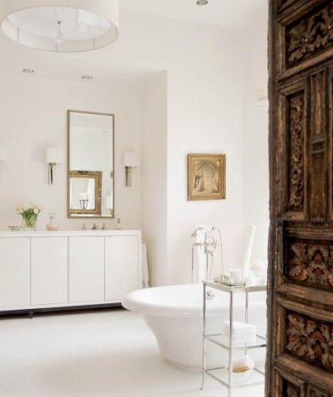 W całym domu lustra i stare dzieła sztuki oprawione są w antyczne ramy. Choć łazienka jest na wskroś nowoczesna,