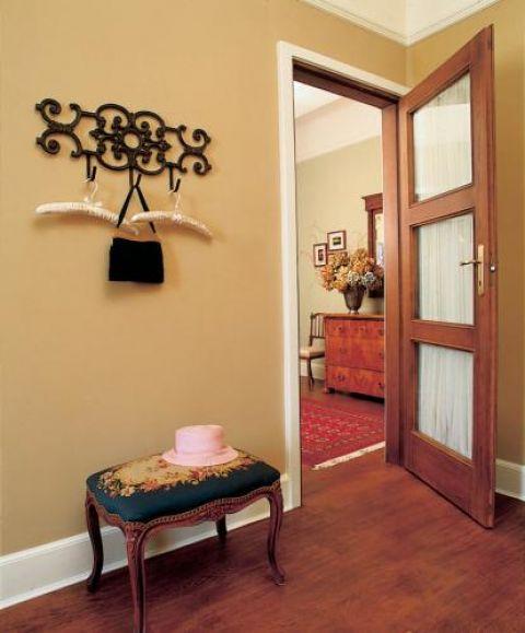 Krystyna lubi romantyczne dekoracje. Wieszaki, żeliwny i te jedwabne, przywiozła z amerykańskiego domu.