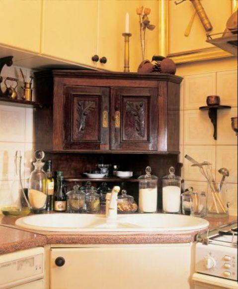 Drewniana zdobiona szafka kuchenna. Dworek jak malowany