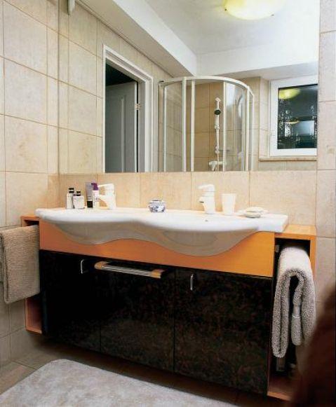 Nad umywalkami wisi ogromne lustro. Męski punkt widzenia