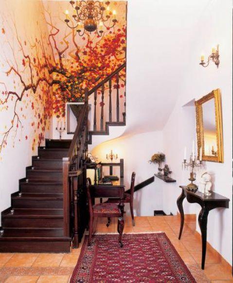 Oryginalna dekoracja: nad schodami na życzenie gospodyni artysta z Poznania namalował drzewo w jej ulubionych,