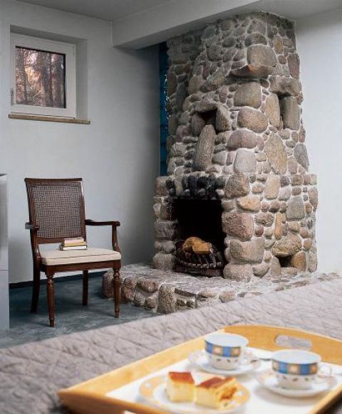Kamienny kominek to świetne towarzystwo w chłodne wieczory.