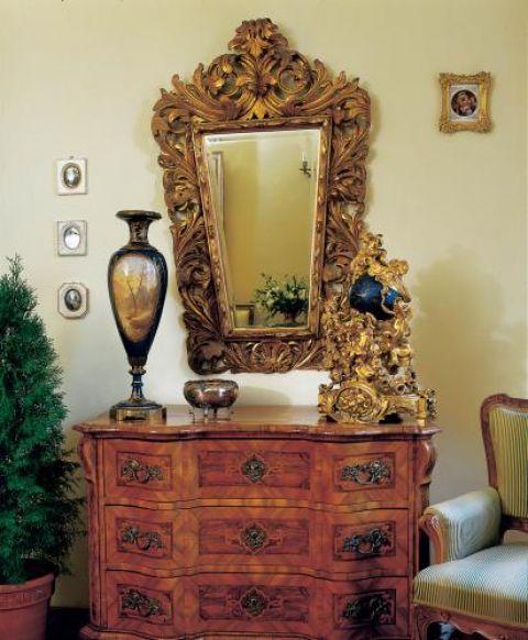 Na komodzie stoi stary, ale wciąż punktualny zegar o ludwikowskich kształtach. Jego tarcza to miniatura kuli ziemskiej.