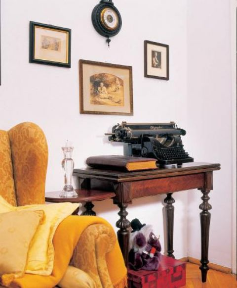 Na konsoli stoi zabytkowa maszyna do pisania.