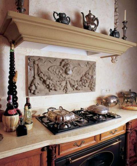 Płaskorzeźba zdobiąca kuchenną ścianę to gzyms uratowany z rozbieranej kamienicy.