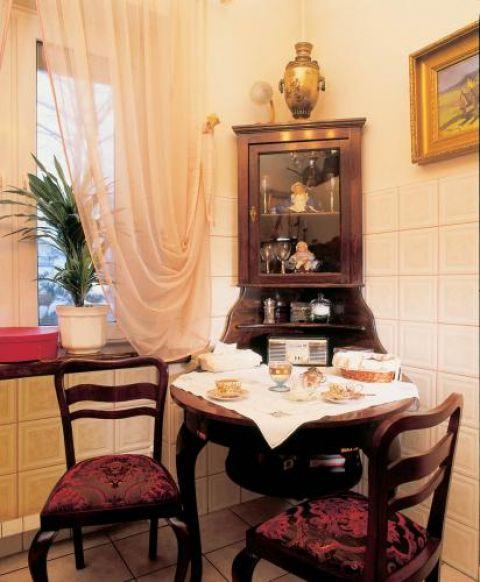 W rogu kuchni stął nietypowy mebel: kątówka połączona z drewnianym stołem.