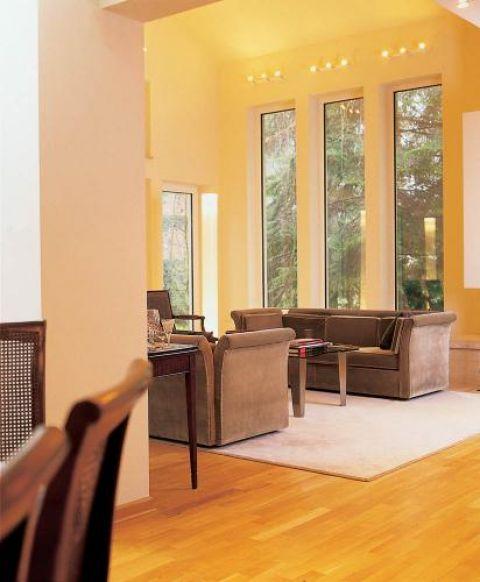 W salonie ważną rolę odgrywają wysokie okna.