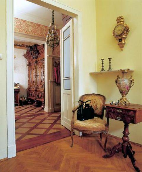 Z salonu widać imponującą gdańską szafę w kuchni - tę wnękę zbudowano specjalnie dla niej.