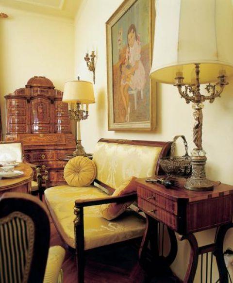 Empirowa kanapa i fotele doskonale rozumieją się z ludwikami.