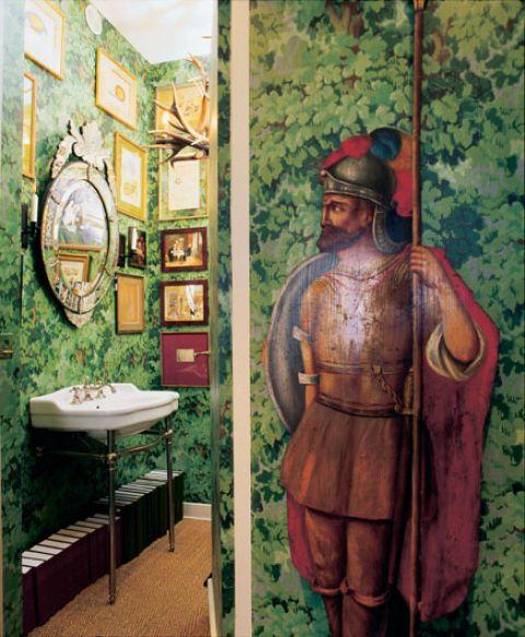 Ile rzeczy można zmieścić w łazience? Fotografie rodzinne, jelenie rogi, roczniki pism... i rycerz w zbroi.