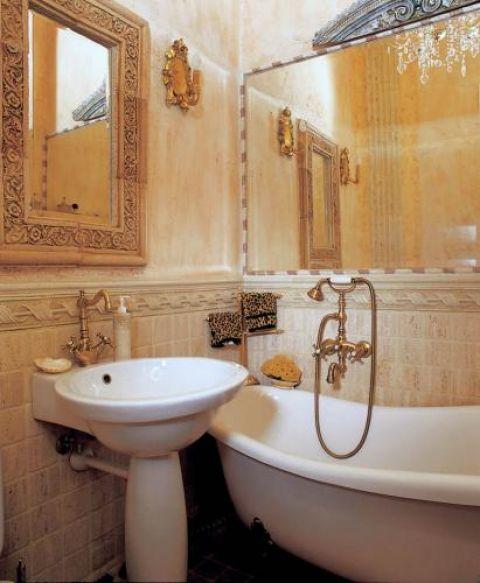 Łazienka w kolorze zszarzałego różu, wyłożona jasnym trawertynem Botticino i Rosso Verona, z