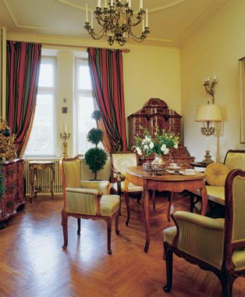 Sekretera w stylu niemieckiego baroku ma mnóstwo szufladek i schowków.