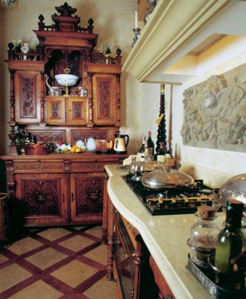W głębi kuchni stoi eklektyczny kredens z japońskiego mahoniu.