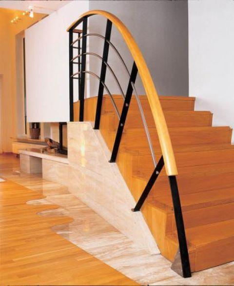 Ciekawa balustrada przy schodach. Męski punkt widzenia