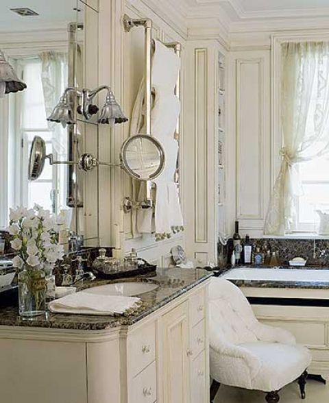 Stylowe mebelki,, bibeloty, kwiaty i koronkowe firanki zmieniły łazienkę w przytulny buduar.