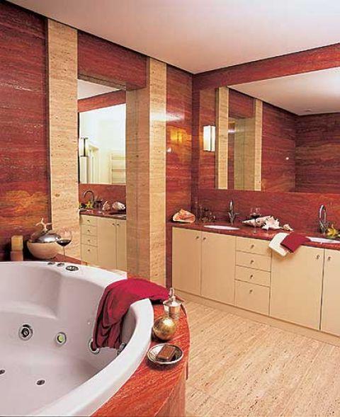 Relaks w jacuzzi- czerwone i kremowe trawertyny, oczywiście z włoch, sprawiają, że w salonie kąpielowym można poczuć się jak