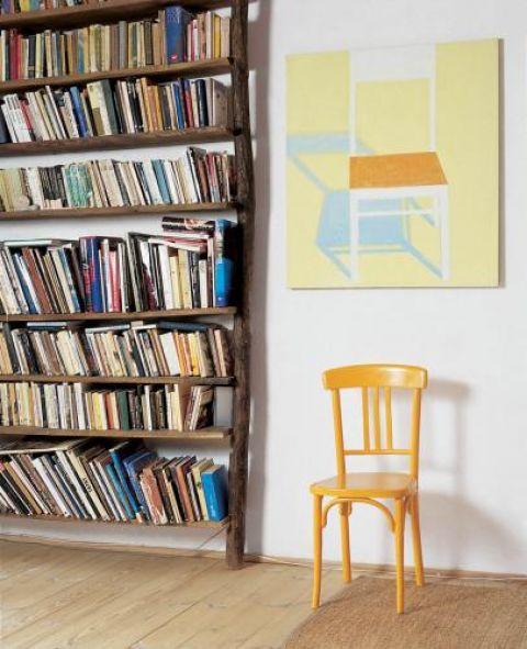 Żółte krzesło komponuje się z obrazem.