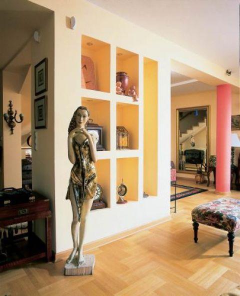 Gości wita rzeźbiona kobieta. Miejsce dla drobiazgów