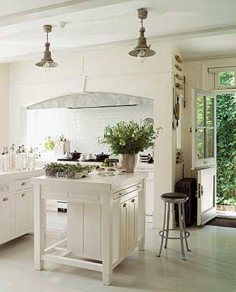 W kuchni w prowansalskim stylu oczywiście dominuje kolor biały.