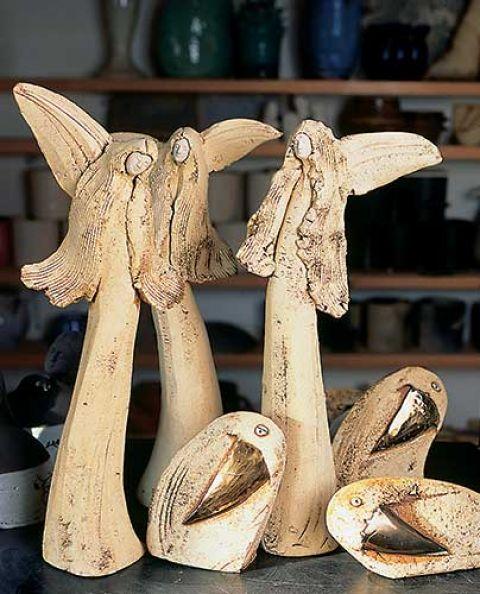 Oprócz swego znaku firmowego - ceramicznych ptaków - Ewa lepi też anioły, jednorożce, ryby...