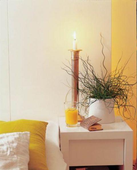 Ozdobą sypialni są świece i świeczniki.