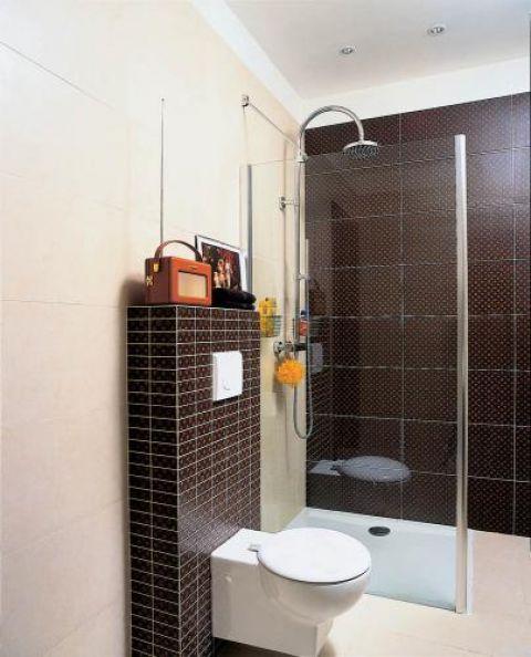 W łazience brązowo- beżowe płytki. Zabawy z kolorami