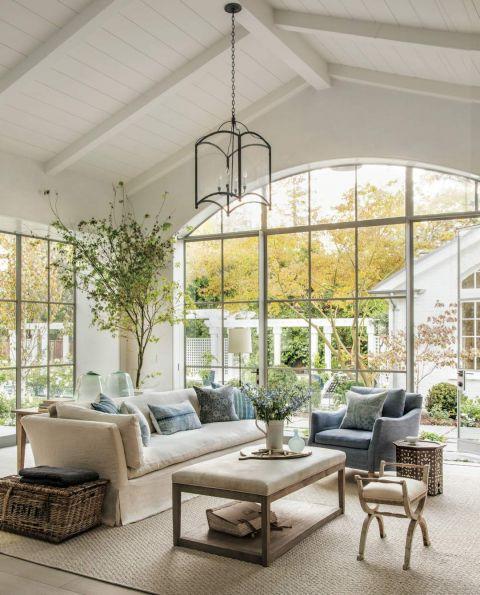 biały salon z ogrodem w klasycznym stylu