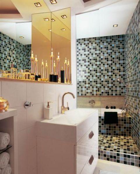 Szklane kafelki,ułożone jak mozaika, zostały zrobione na zamówienie. Nawet mokre wyglądają świetnie. Kontrastują z nimi